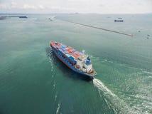 Вид с воздуха грузового корабля, грузового контейнера в гавани a склада Стоковые Изображения RF
