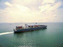 Вид с воздуха грузового корабля, грузового контейнера в гавани a склада Стоковые Фото