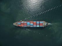 Вид с воздуха грузового корабля, грузового контейнера в гавани a склада Стоковые Фотографии RF