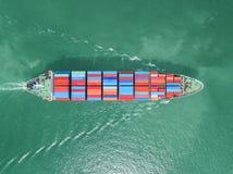 Вид с воздуха грузового корабля, грузового контейнера в гавани a склада Стоковое Изображение RF