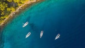 Вид с воздуха группы в составе парусники ставя на якорь рядом с рифом Стоковое фото RF