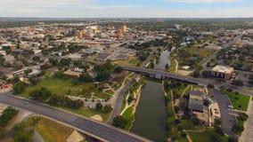 Вид с воздуха двигая над рекой в городском Сан Angelo западном Техасе акции видеоматериалы