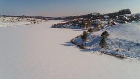 Вид с воздуха деревни и замороженного реки в зиме в Украине Стоковые Изображения RF