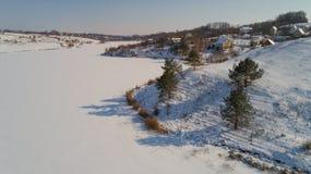 Вид с воздуха деревни и замороженного реки в зиме в Украине Стоковые Фото