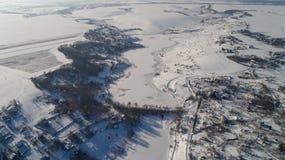 Вид с воздуха деревни и замороженного реки в зиме в Украине Стоковое фото RF