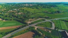 Вид с воздуха диверсии деревни и дороги вдоль ее 4K