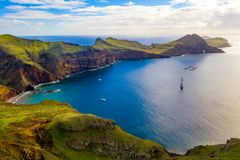 Вид с воздуха диких пляжа и скал стоковое изображение