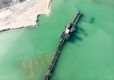 Вид с воздуха длинного заграждения экскаватора всасывания в карьере кварца для раскопк белого песка Стоковые Фото