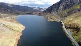 Вид с воздуха долины Ogwen с Llyn Ogwen в Snowdonia, Gwynedd, северным Уэльсом, Великобританией - Великобританией, Европой сток-видео