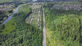 Вид с воздуха дороги в осени окруженной зажимом леса сосны Взгляд сверху дороги в лесе Стоковое Изображение RF