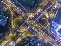 Вид с воздуха дороги красивый занятого пересечения на ноче, верхнем v Стоковая Фотография RF