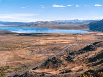 Вид с воздуха дороги между высокими Sierras и Mono озером стоковые фото