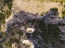 вид с воздуха дорожки веревочки опасной над каньоном в Крыме b стоковое изображение rf