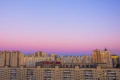 Вид с воздуха драматического городского пейзажа горизонта захода солнца или восхода солнца абстрактного городского на twilight вр Стоковая Фотография