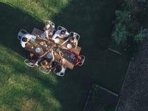 Вид с воздуха друзей провозглашать пить Стоковое фото RF