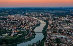 Вид с воздуха европейского города с рекой и мостами на заходе солнца, Марибором, Словенией стоковое изображение
