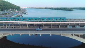 Вид с воздуха езд метро за мостом видеоматериал