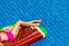 Вид с воздуха женщины в бикини лежа на плавая тюфяке внутри стоковая фотография rf