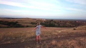 Вид с воздуха женщины наслаждаясь свободой с поднятыми руками сток-видео