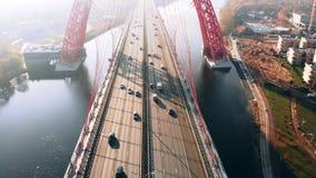 Вид с воздуха живописного моста который пересекает реку Москвы в Москве Движение автомобилей на, который кабел-остали мосте красн видеоматериал