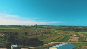 Вид с воздуха жизни сельской местности, полей растет и автомобили двигают вдоль дороги 4K