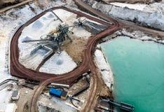 Вид с воздуха завода по обработке с fractionator песка на крае пруда карьера кварцевого песка для белого кварцевого песка Стоковое Фото
