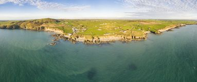 Вид с воздуха залива церков в Anglesey северном Уэльсе Великобритании во время захода солнца стоковая фотография