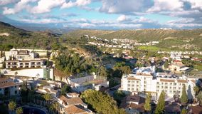 Вид с воздуха залива Pissouri, деревни между Лимасолом и Paphos r видеоматериал