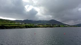 Вид с воздуха залива Teelin в графстве Donegal на диком Атлантика пути в Ирландии акции видеоматериалы