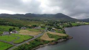 Вид с воздуха залива Teelin в графстве Donegal на диком Атлантика пути в Ирландии видеоматериал