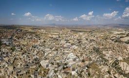 Вид с воздуха замка и городка Uchisar в Cappadocia стоковое фото rf