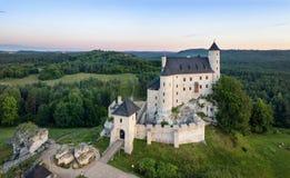 Вид с воздуха замка Bobolice, польской Юры, Польши стоковые фото