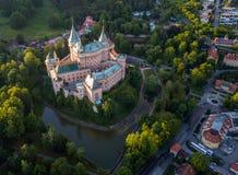 Вид с воздуха замка Bojnice, Центральной Европы, Словакии ЮНЕСКО Свет захода солнца стоковое изображение