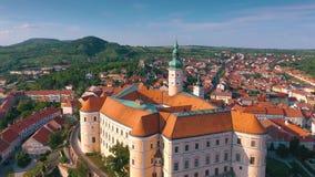 Вид с воздуха замка Mikulov и старого городского центра Mikulov, южной Моравии, чехии видеоматериал