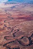 Вид с воздуха замотки реки через каньон в пустыне Стоковые Изображения RF