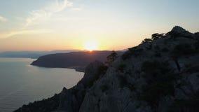 Вид с воздуха захода солнца над красивыми Чёрным морем и горами на предпосылке неба захода солнца сток-видео