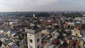 Вид с воздуха здание муниципалитета Львова и украинского флага Украина 4k Стоковые Фото
