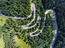 Вид с воздуха извилистой дороги в лесе Стоковое Фото