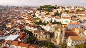 Вид с воздуха исторической части Лиссабона и собора Лиссабона на солнечном дне Португалии Стоковое Фото