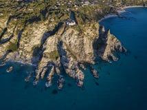 Вид с воздуха каподастра Vaticano, Калабрии, Италии Ricadi Маяк Побережье богов Мыс Calabrian побережья стоковые фото