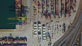 Вид с воздуха коммерчески порта Валенсии Контейнерный терминал и корабль во время загрузки видеоматериал