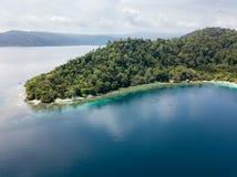 Вид с воздуха кораллового рифа и покрытого Джунгл острова в радже Ampat Стоковые Изображения RF