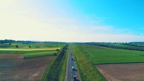 Вид с воздуха, который медленно понижает свой фокус на обширном тележек на кинематографической дороге, расположенный в изумляя ла