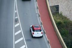 Вид с воздуха красивого белого и красного МИНИ варианта соотечественника стоковое изображение