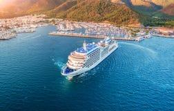 Вид с воздуха красивого белого туристического судна на заходе солнца Стоковая Фотография