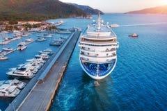 Вид с воздуха красивого большого белого корабля на заходе солнца Стоковое Изображение