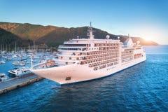 Вид с воздуха красивого большого белого корабля на заходе солнца Стоковые Фотографии RF