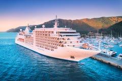 Вид с воздуха красивого большого белого корабля на заходе солнца Стоковое фото RF
