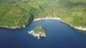 Вид с воздуха красивого залива и тропического зеленого острова с лазурной водой океана сток-видео