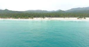 Вид с воздуха красивого острова с ладонями и бирюза мочат Взгляд сверху на песочном побережье тропического залива 4K видеоматериал
